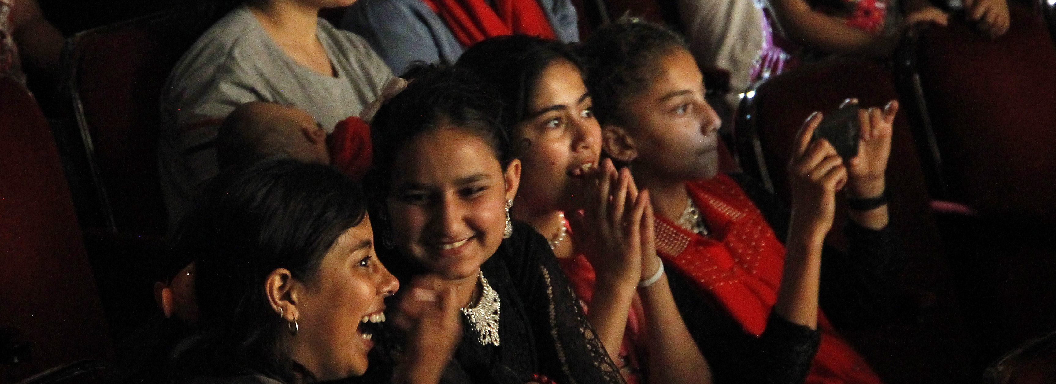"""Migranti gledali predstavu u Narodnom pozorištu """"Sombor"""""""