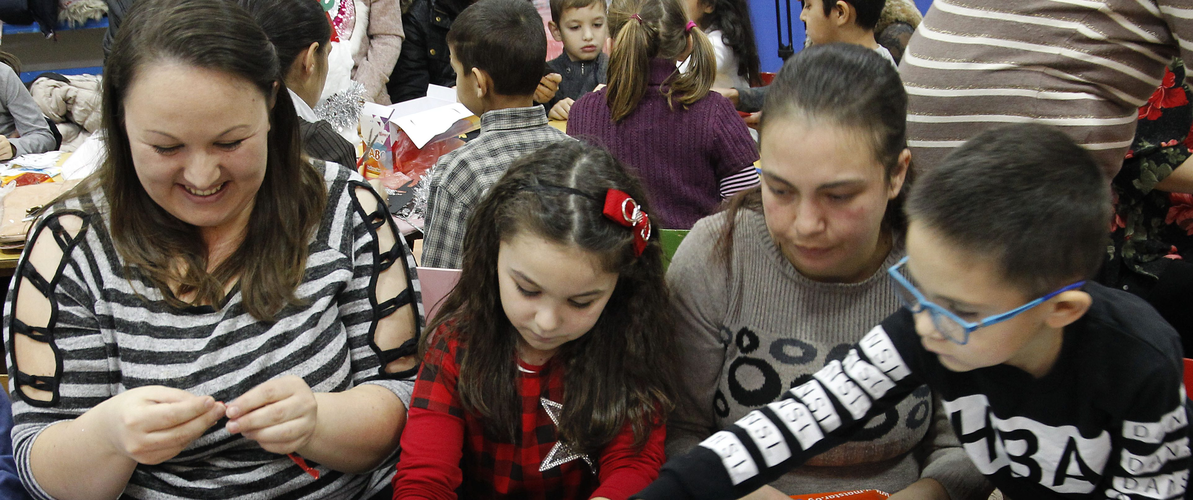 Children from Pirot made Christmas tree decorations
