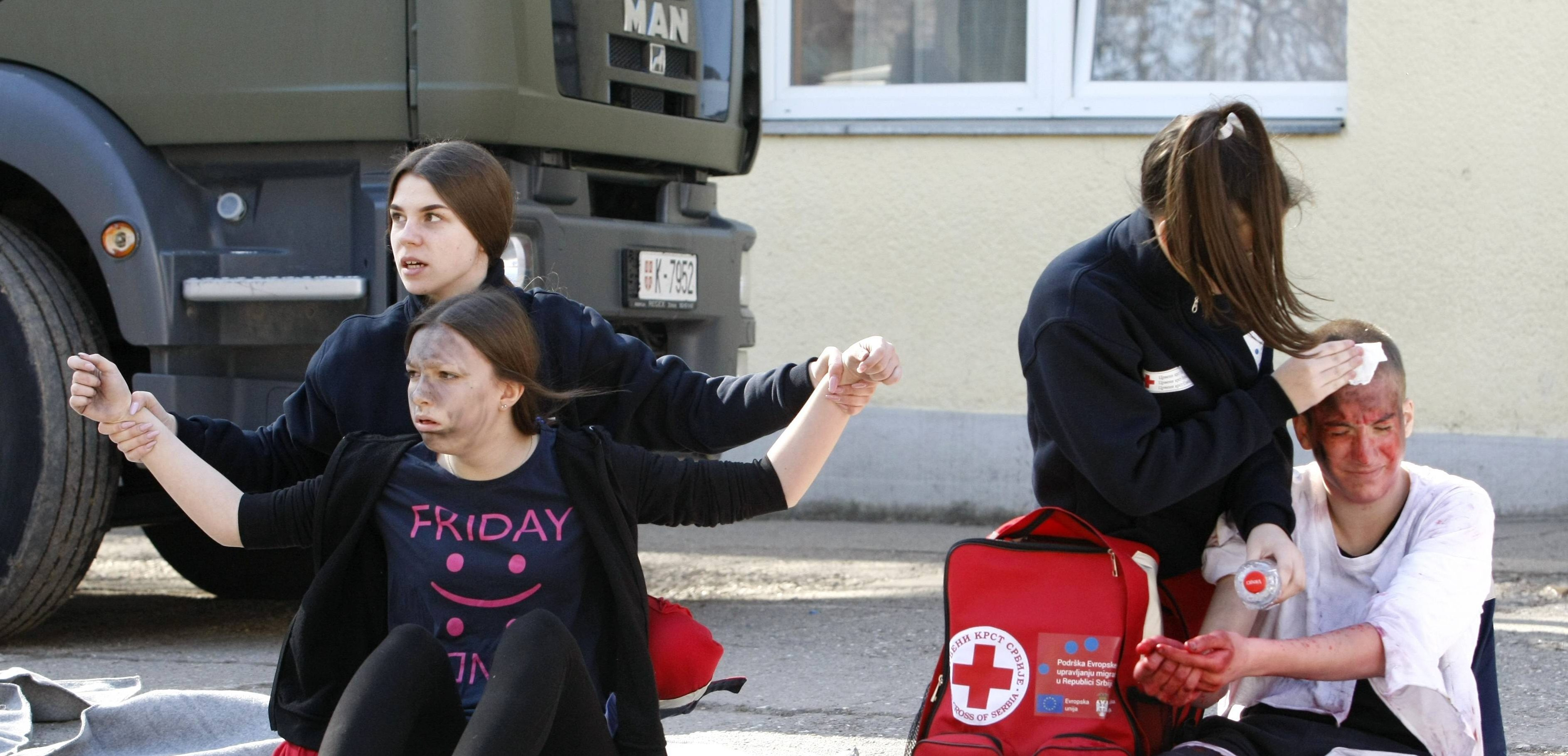 Primary school students and migrants from Sombor together in a disaster rescue exercise