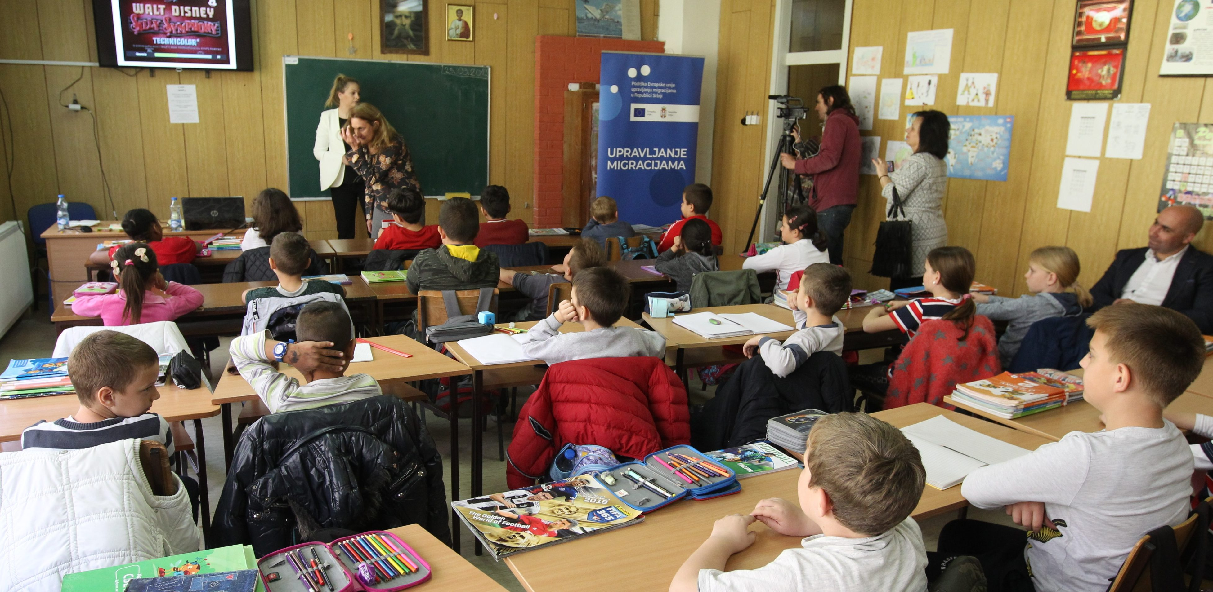 "Migrant children and students from primary school ""Mile Dubljevic"" in Bogovadja in a joint multimedia class"