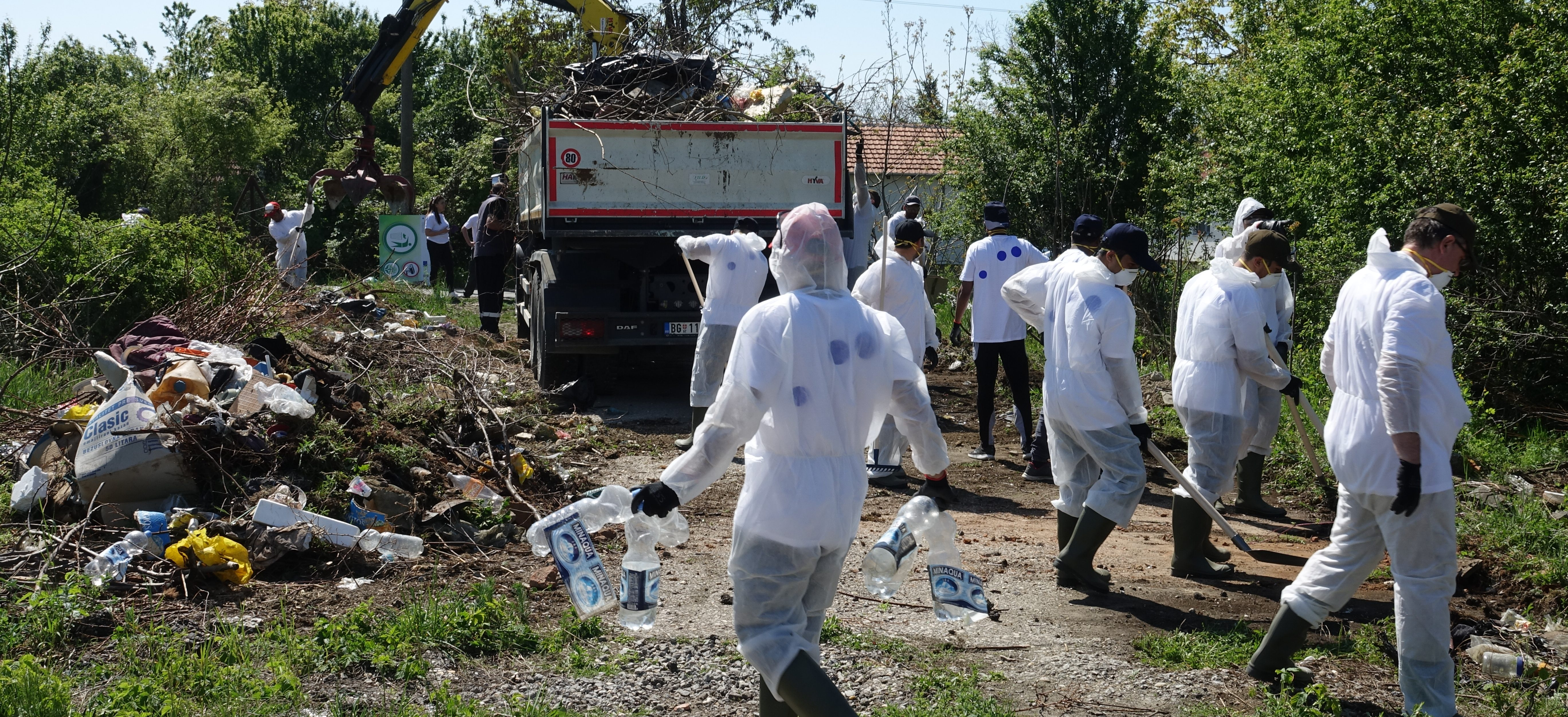 Migrants and scouts cleaned the illegal waste dump in Obrenovac