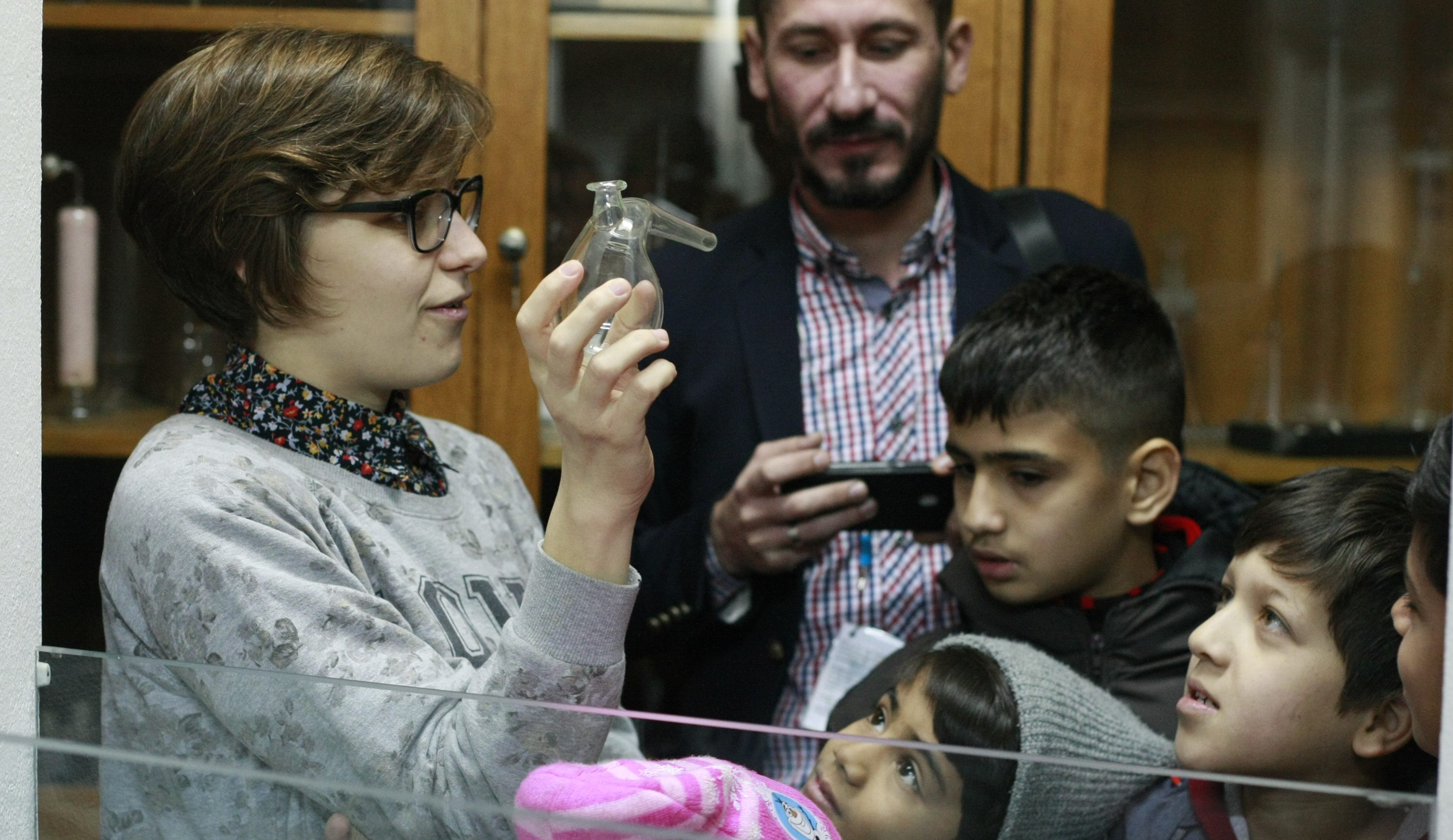 Deca iz Centra za azil u Krnjači u poseti Hemijskom fakultetu u Beogradu