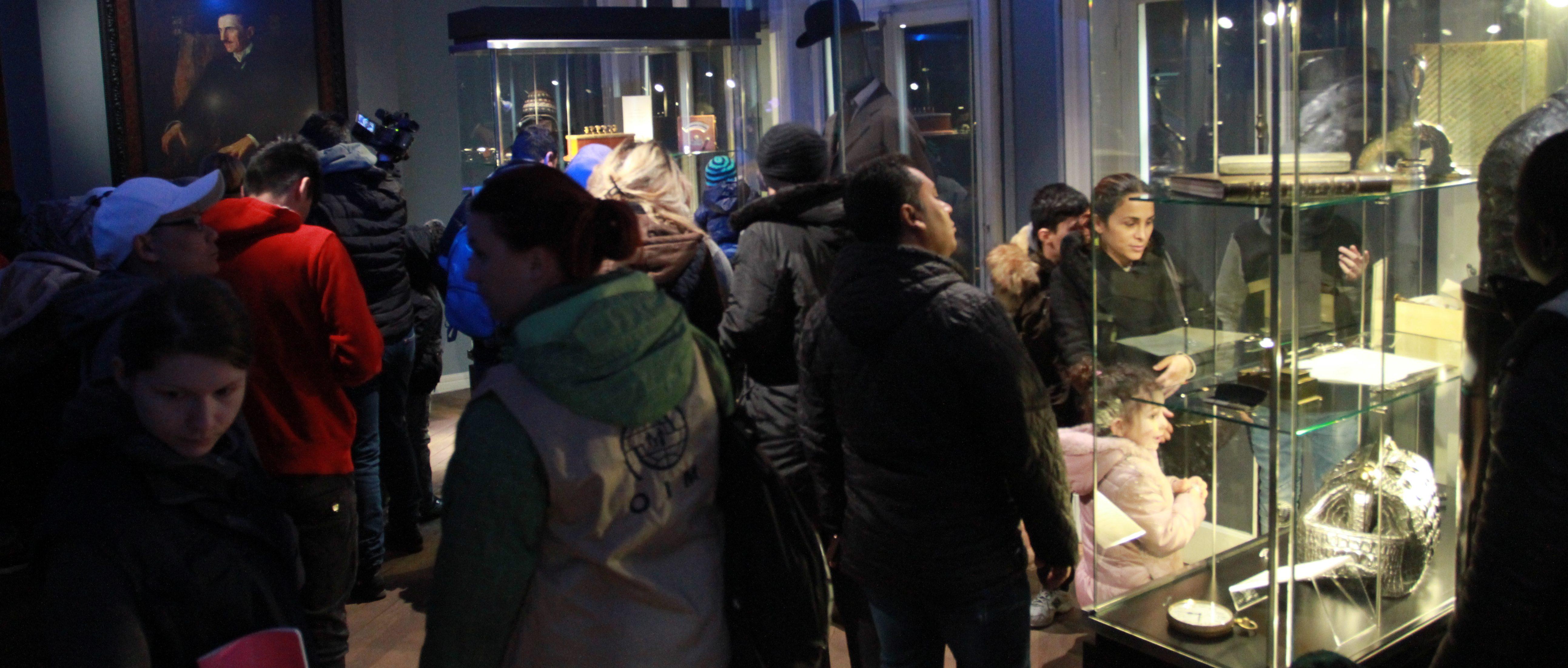 """Migranti iz Centra za azil u Krnjači obišli muzej """"Nikola Tesla"""""""